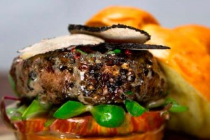 Бургер со стейком и черным трюфелем