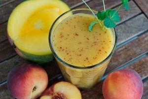 Cмузи из персика и манго