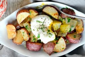 Картофель с фенхелем и яйцами пашот