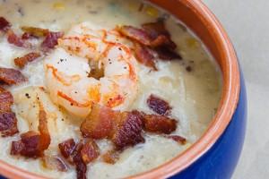 Сливочный суп с кукурузой, креветками и беконом