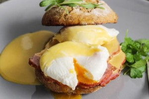 Яйца Бенедикт с соусом Голландез